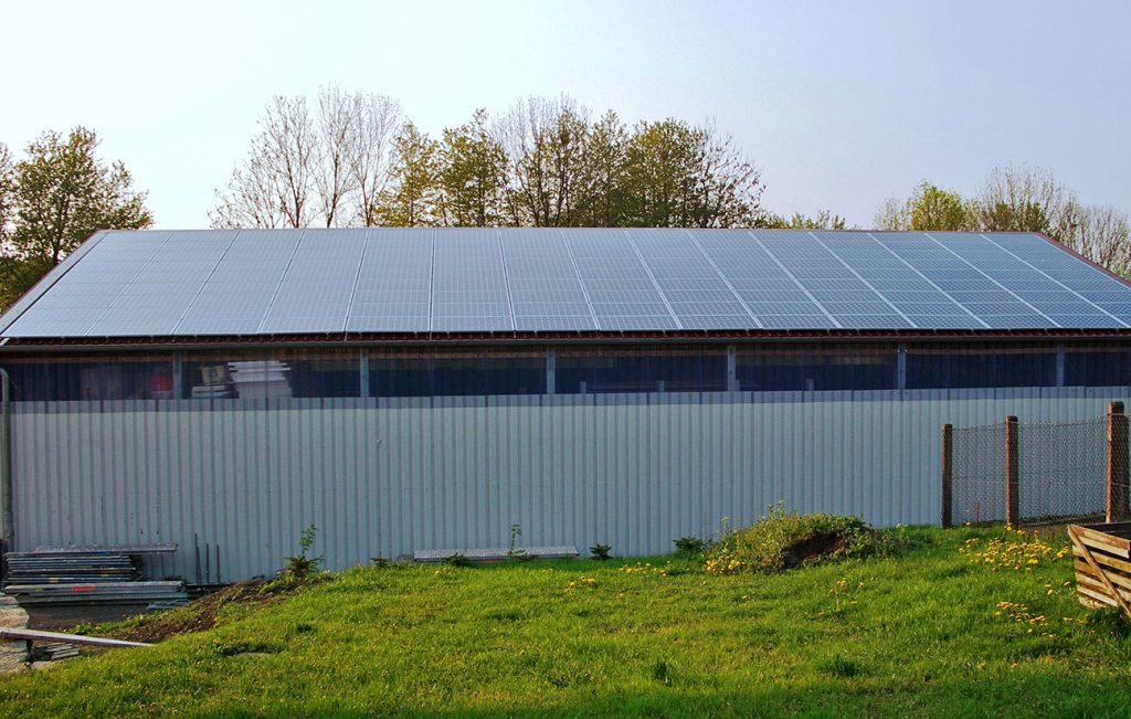 Installation von Photovoltaikanlagen auf einer Lagerhalle in Kalteneber durch die Engelhardt Dach & Wand GmbH