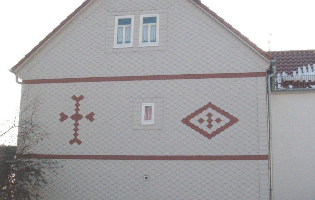 Fassadeverkleidung der Pfarrei in Kalteneber, Arbeit der Engelhardt Dach & Wand GmbH