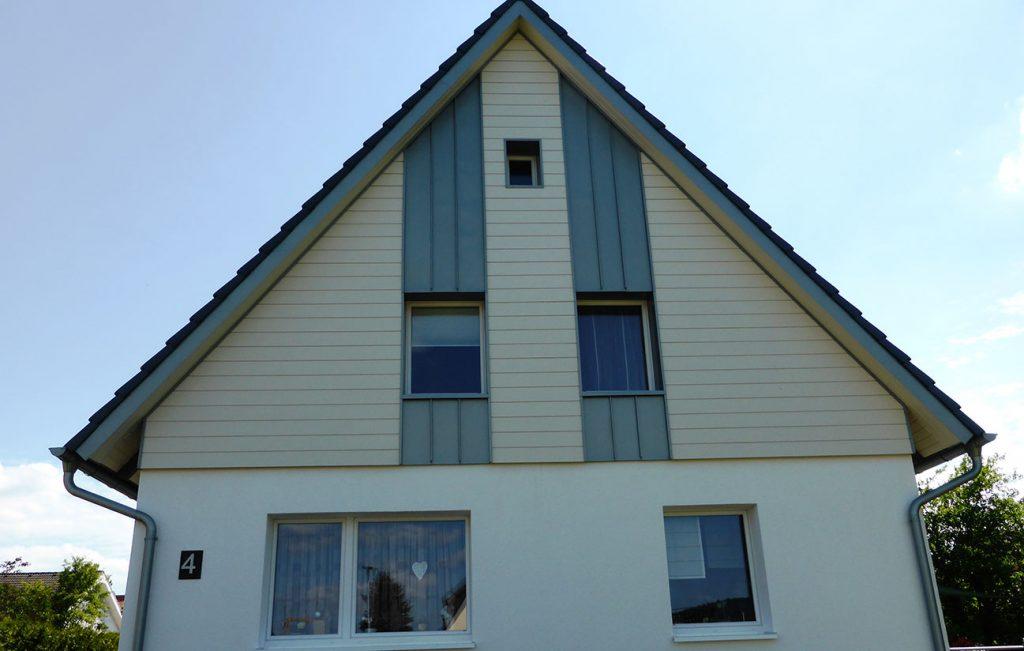 Giebelverkleidung an Einfamilienhaus in Hedemünden, Arbeit der Engelhardt Dach & Wand GmbH