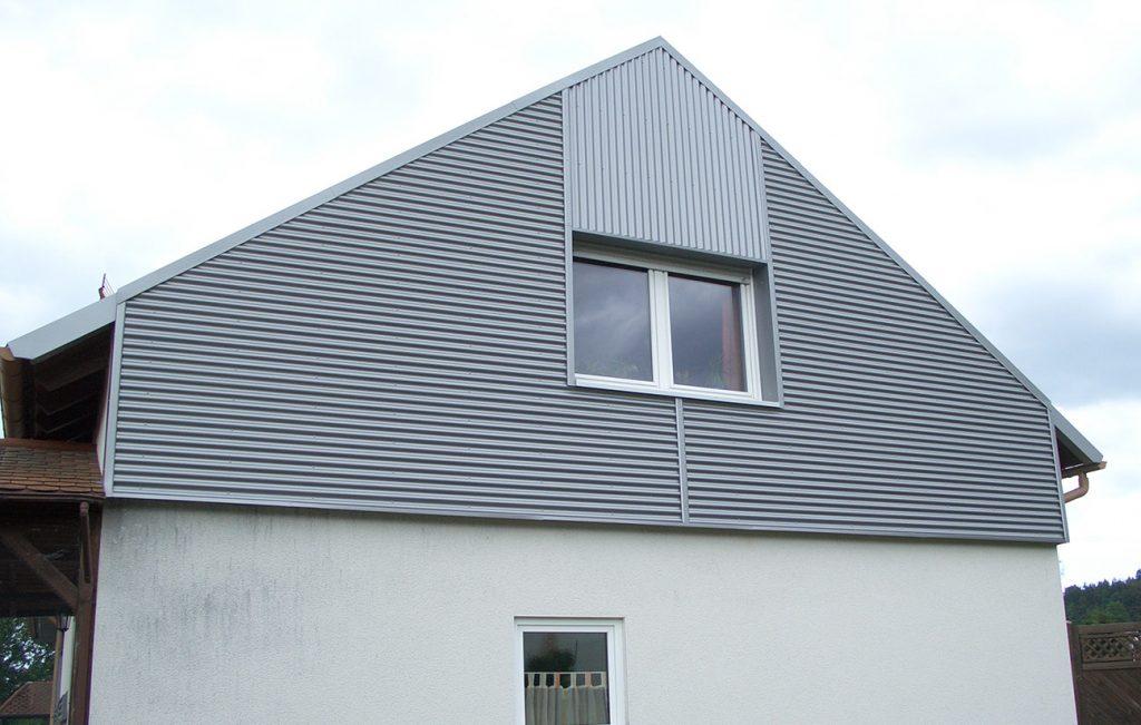Giebelverkleidung mit Well-Aluminium, Arbeit der Engelhardt Dach & Wand GmbH