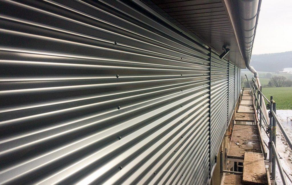 Fassadenverkleidung einer Halle, Arbeit der Engelhardt Dach & Wand GmbH