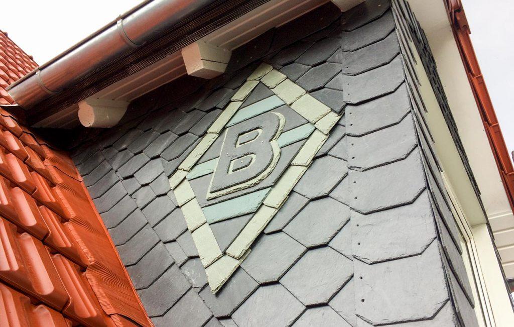 Schiefer-Fassade mit Ornament, Arbeit der Engelhardt Dach & Wand GmbH