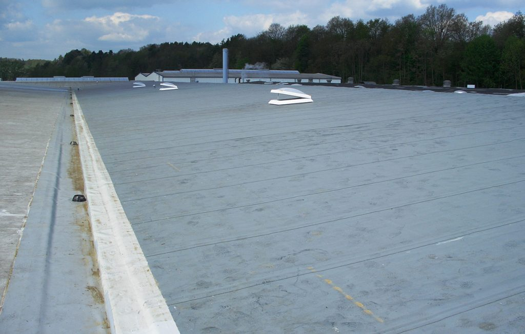 Industriehalle Miwepa mit Flachdach in Arenshausen, Arbeit der Engelhardt Dach & Wand GmbH