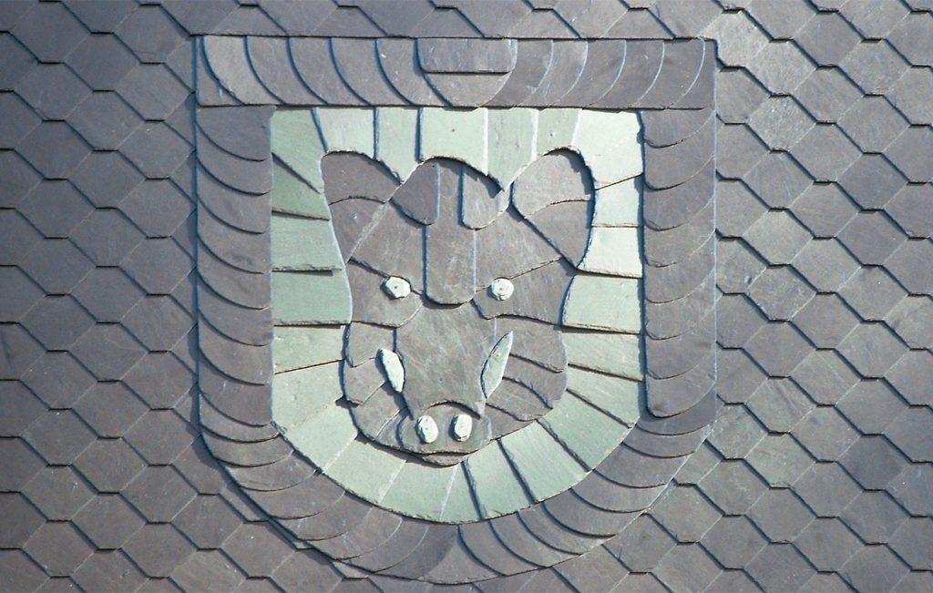 "Schiefer-Ornament ""Keiler im Wappen"", Arbeit der Engelhardt Dach & Wand GmbH"