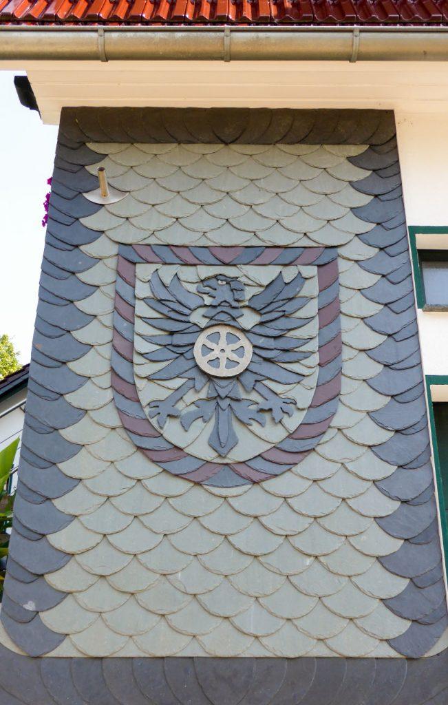 Schiefer-Fassade mit Wappen, Arbeit der Engelhardt Dach & Wand GmbH