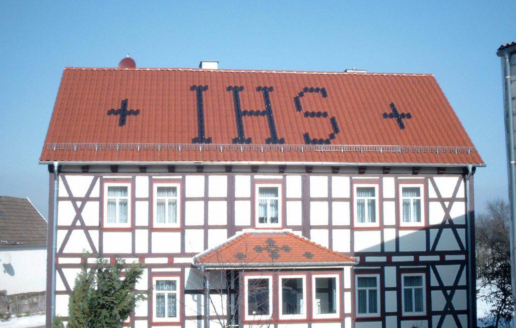 Steildach der Pfarrei in Kalteneber, Arbeit der Engelhardt Dach & Wand GmbH