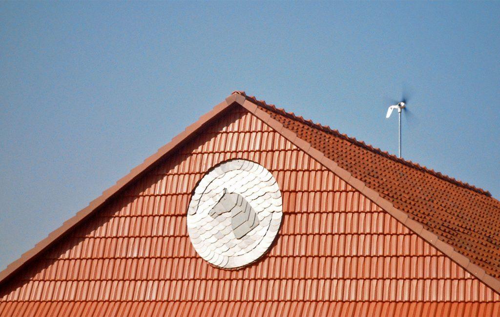 """Schiefer-Ornament """"Pferdekopf im Kreis"""", Arbeit der Engelhardt Dach & Wand GmbH"""