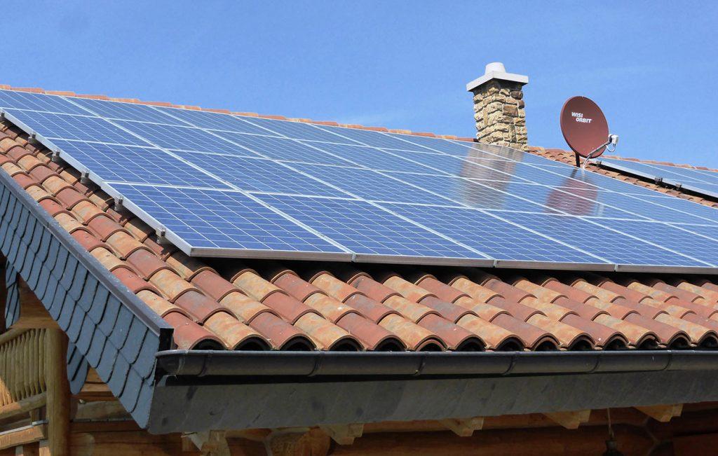 Installation von Fotovoltaikanlagen auf einem Wohnhaus in Kalteneber durch die Engelhardt Dach & Wand GmbH