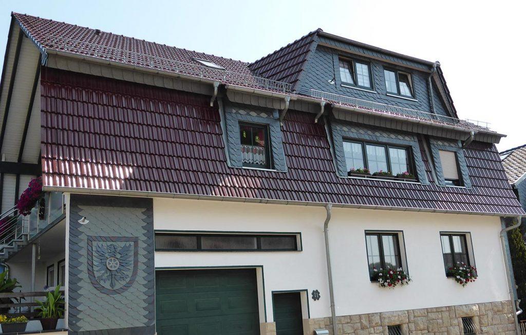 Steildach eines Wohnhauses in Kalteneber, Arbeit der Engelhardt Dach & Wand GmbH