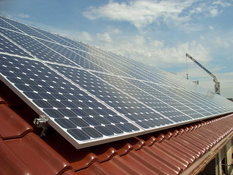 Dach mit Solaranlage, Arbeit der Engelhardt Dach & Wand GmbH